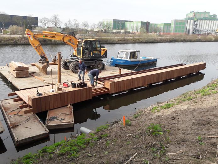 Aanleg van een steiger voor excursies in De Gruyter Fabriek. Bij de steiger is een loopbrug gepland.