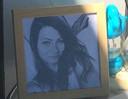 Een portret van Laura Korsman bij het condoleanceregister.