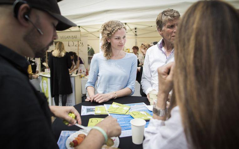 Eerste Kamerlid Christine Teunissen van de Partij voor de Dieren bij de veganistische barbecue. Beeld Freek van den Bergh