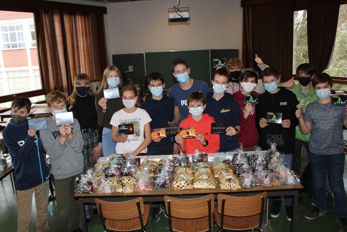 De tweedejaars van de richting STEM bij Sint-Laurens Secundair pakten vandaag uit met een speciaal kerstgeschenk voor de bewoners van het Moervaartheem.