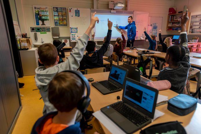 Gymdocent Rik Vermeulen geeft nu Nederlands in plaats van gymles vanwege de lockdown door het coronavirus