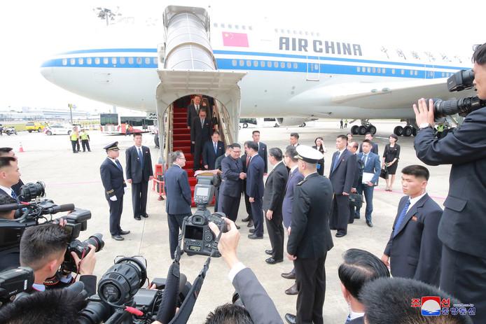 Kim arriveerde verrassend met een lijnvlucht van Air China.