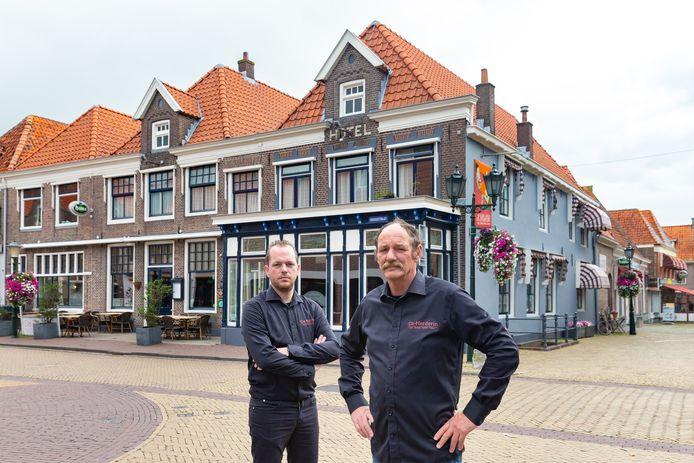 Reinoud Binnendijk en AndréŽ Koudijs voor restaurant De Herderin. Het pand staat te koop.