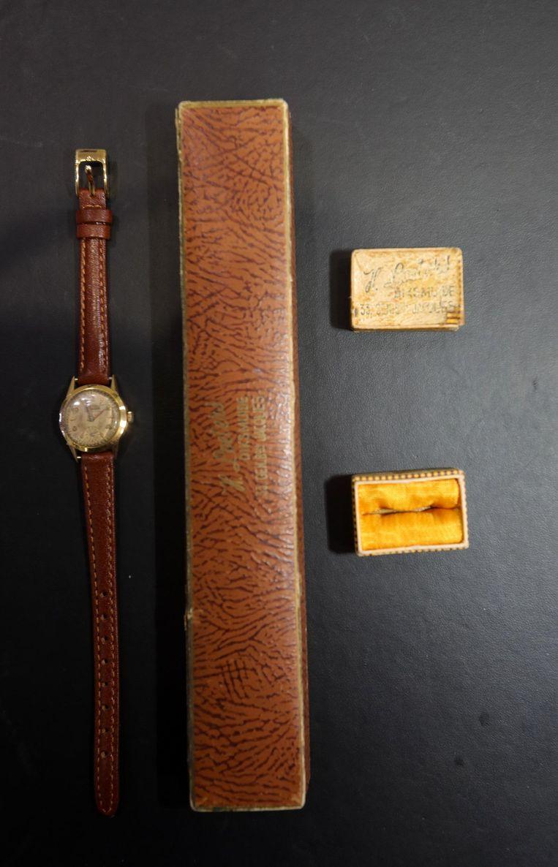 De oude juwelen en het horloge met het doosje.