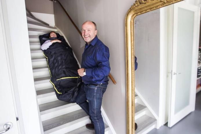 Piet Hezemans probeert met zijn zoon Bob een van de producten uit. foto Tom Valstar/fotomeulenhof
