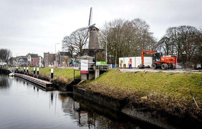 Werkzaamheden aan de IJsseldijk tijdens de start van een dijkversterkingsproject.