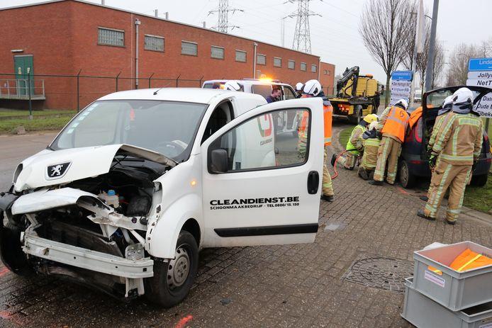 De bestuurder uit de Opel werd door de brandweer geholpen.