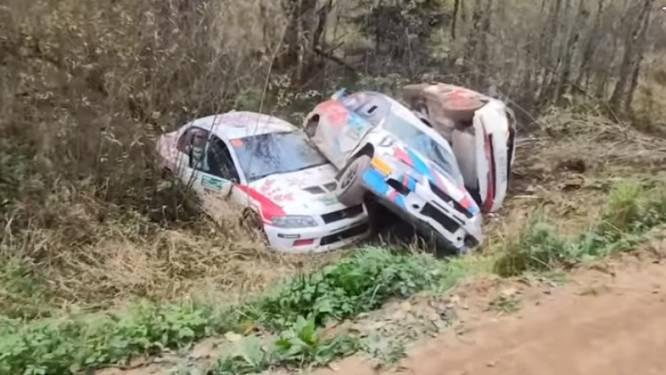 Vervloekte bocht: vijf rallywagens vliegen in dezelfde kronkel het decor in