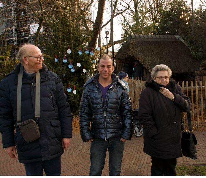 André, Wilfred en Riet waren tweede kerstdag 2017 de 'onbekende gasten' van Oisterwijker Bèr Beerendonk. Hier zijn ze bij de kerststal in Hilvarenbeek.