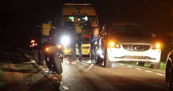 Motorrijder botst op ree in Ambt Delden: dier overleefd ongeluk niet.