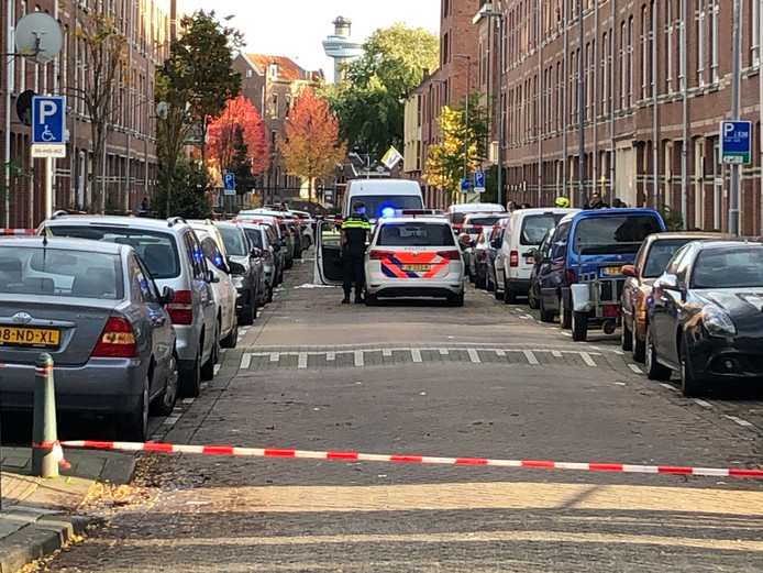 De politie doet onderzoek in de straat.