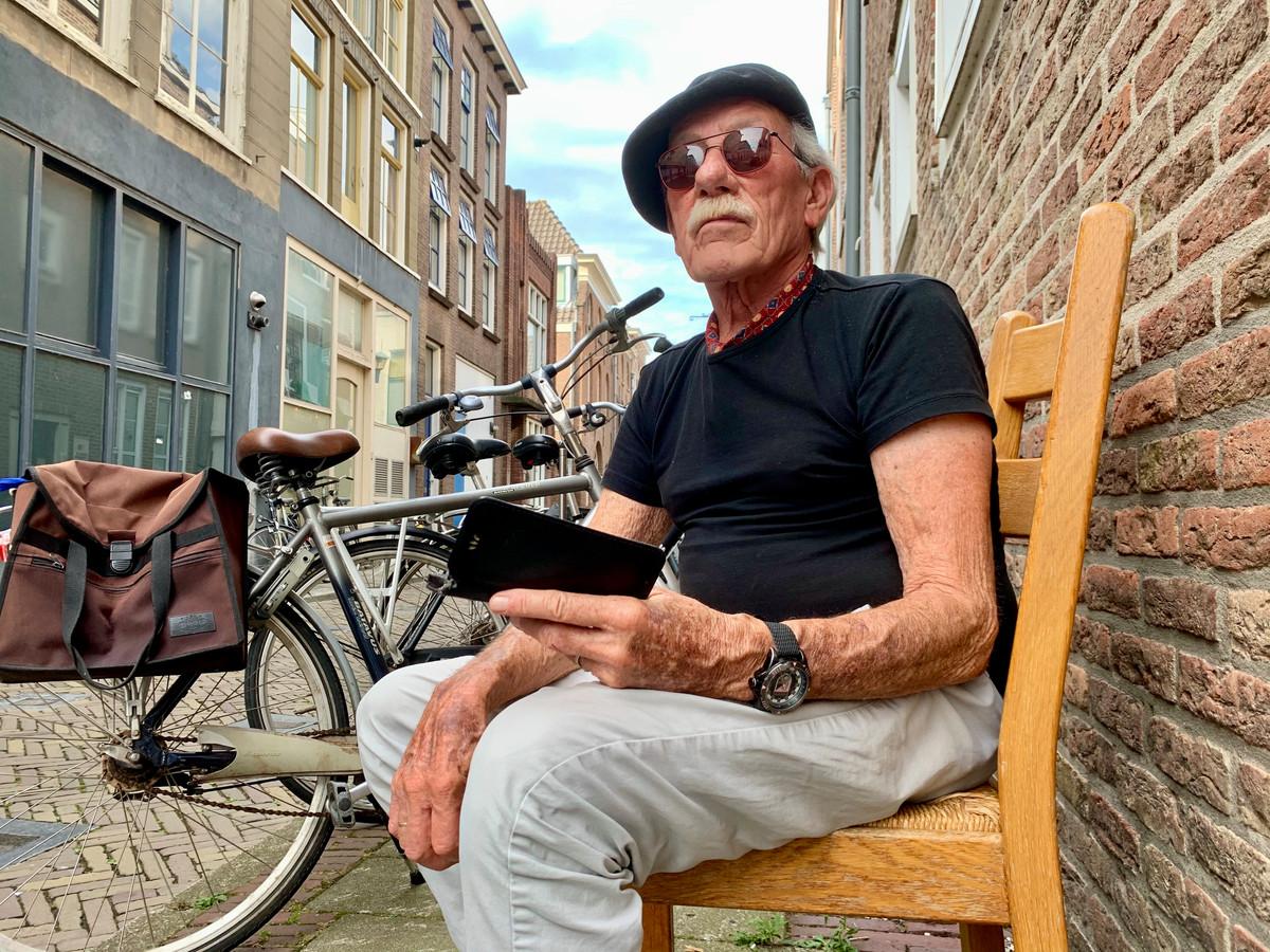 Van Dongen zit vaak op zijn stoel op de Kortendijk om een praatje te maken.