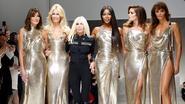 Van Carla Bruni tot Cindy Crawford: Donatella Versace brengt supermodellen samen ter ere van overleden broer