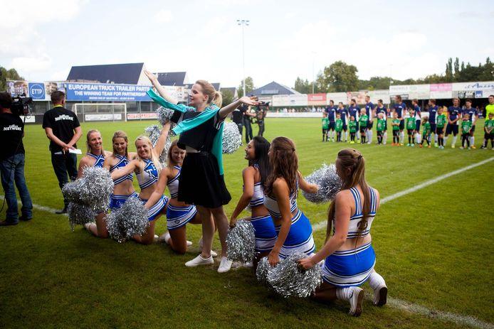 Joy Anna Thielemans voelt zich uitstekend tussen de cheerleaders.