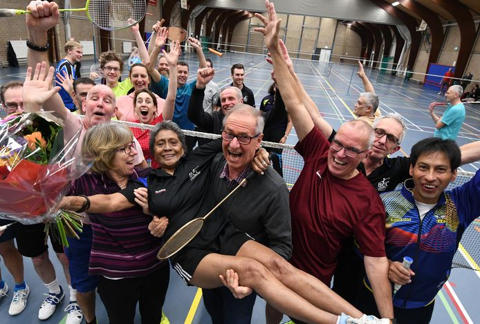 Fien, 80 jaar en al overgrootmoeder, wordt op handen gedragen door haar badmintonclubgenoten.