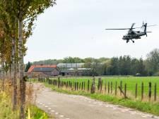 Apache-heli's scheren laag over weilanden bij Werkhoven