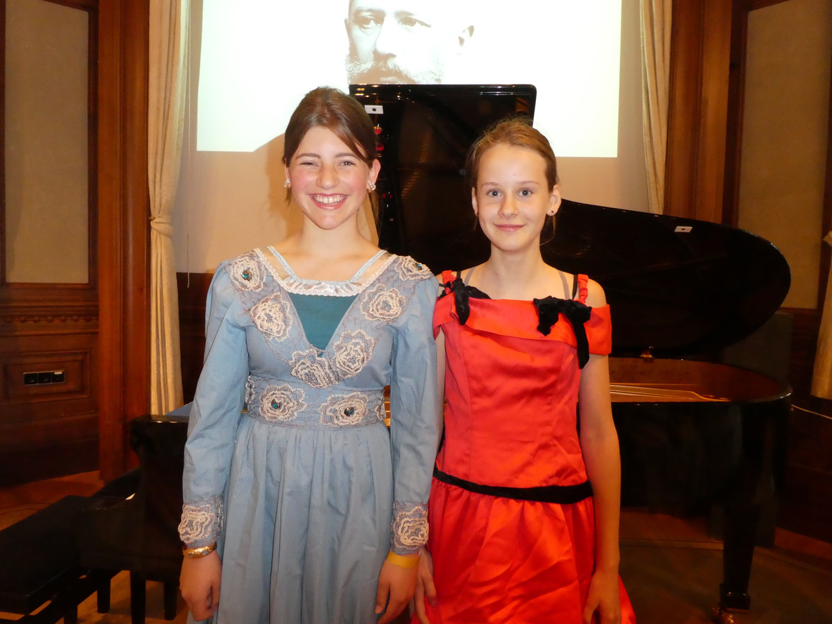 Leerlingen Lijs Heidinga en Dané Renes spelen een stukje Barcarolle. Ouders apetrots.