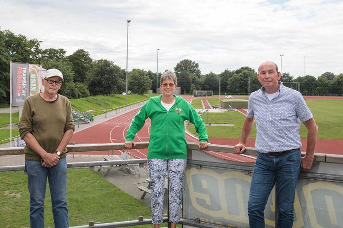 De Sisu-bestuursleden Hans Rijper, Henriette Vrij en Bert Beerling op het gerenoveerde atletiekcomplex