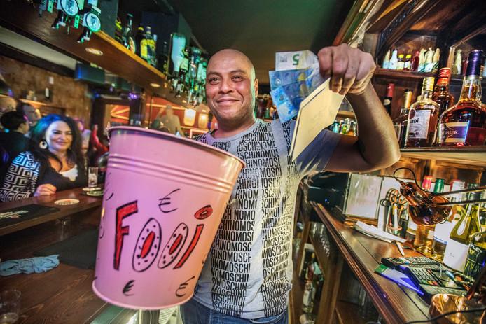 Barman Boet met de fooienpot.