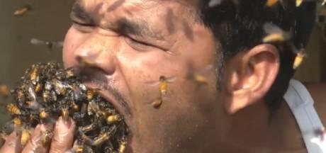 Indiase imker propt honderden bijen in zijn mond