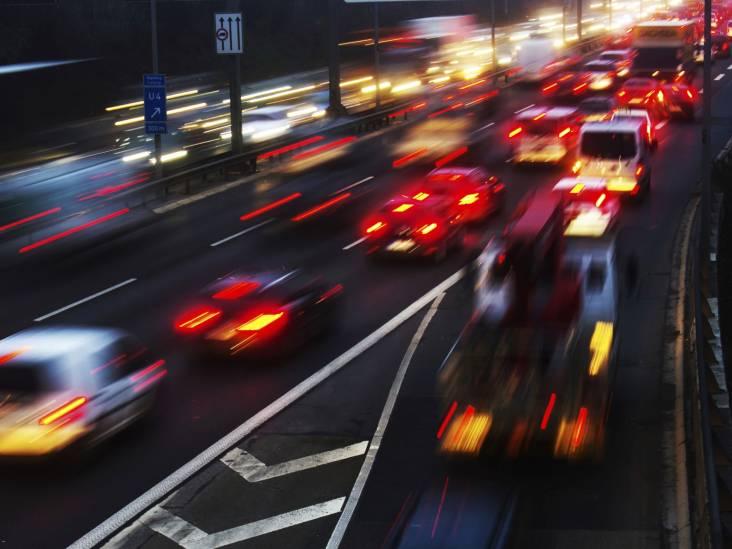 Meer dan tien kilometer file op A2 bij Eindhoven richting Maastricht door ongeluk met vrachtwagen