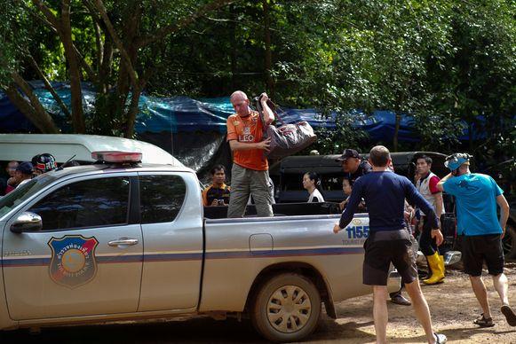 Britse duiker Vernon Unsworth (C, op de pick-up) bij het grottencomplex waar Thaise voetballertjes en hun coach vast waren komen te zitten.