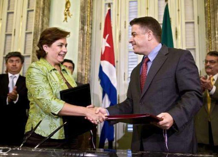Ministers van Buitenlandse Zaken Felipe Perez Roque (R) en Patricia Espinosa schudden elkaar de hand.