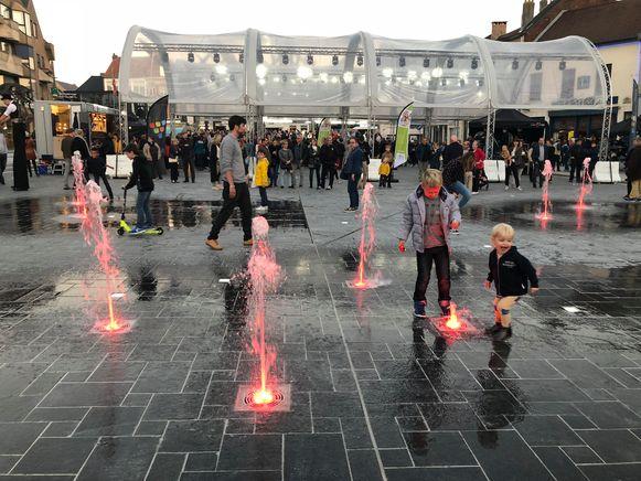 De nieuwe fonteinen vielen meteen in de smaak bij de opening van de Grote Markt vorig jaar.