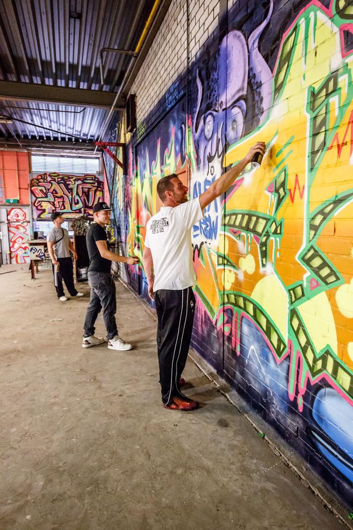 Veel kleur in Graffitiloods aan de Oostelijke Havendijk in Roosendaal. Remco van den Beemd (vooraan) is beheerder van de loods.  Archieffoto: Marcel Otterspeer