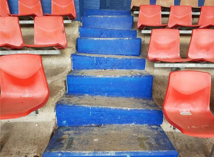 Ongelijke trapopgangen op de tribune van stadion De Vliert in 2018.