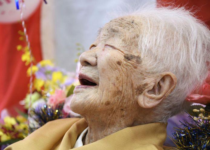 Japans oudste vrouw ooit, Kane Tanaka, lacht op haar 117de verjaardag, maar heeft nu nog meer reden om te lachen.