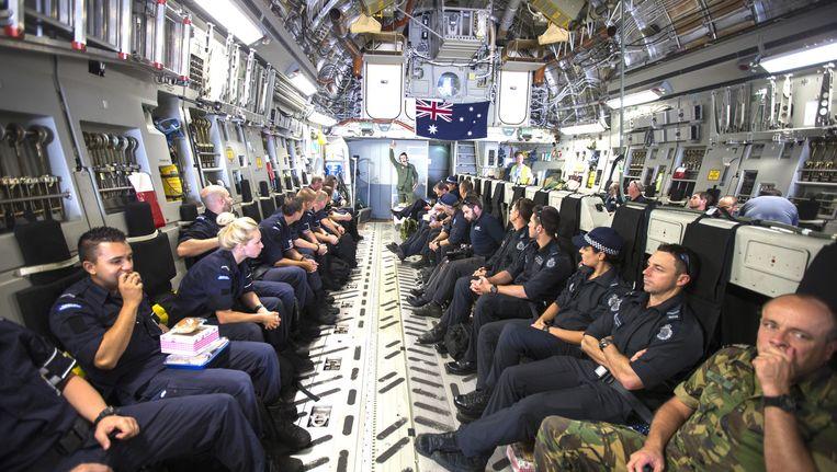 Leden van de repatrieringsmissie die in het oosten van Oekraiene actief waren op de rampplek van vlucht MH17 voorafgaand aan hun vertrek naar Nederland. Beeld anp
