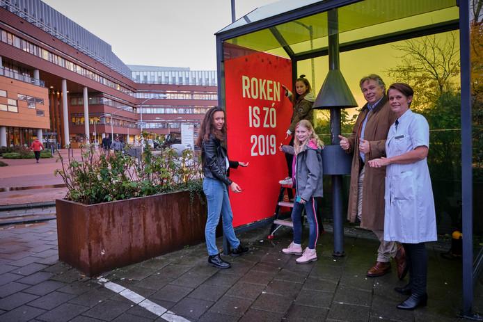 De eerste poster voor de campagne 'Roken is zó 2019' wordt opgehangen bij het Franciscus Gasthuis & Vlietland.