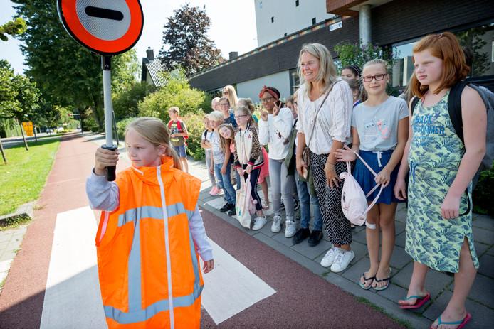 De nieuwe klaarovers uit groep 7 en 8 van basisschool De Westhoek in Oosterhout oefenen met oversteken.