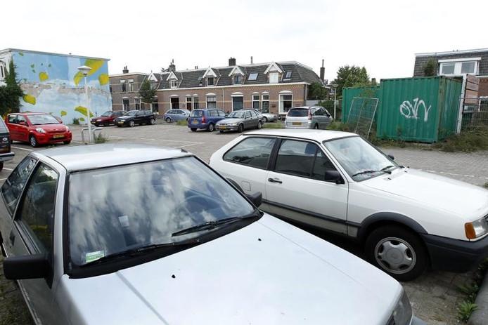 Ondanks dat niemand blij is met de vervuiling in de bodem onder de voormalige chemische wasserij Dellen Wuijts, zijn omwonenden wel al jaren verheugd over de tijdelijk extra parkeerplaatsen die Assendorp tijdens de sanering ter beschikking heeft. foto Sacha Wunderink