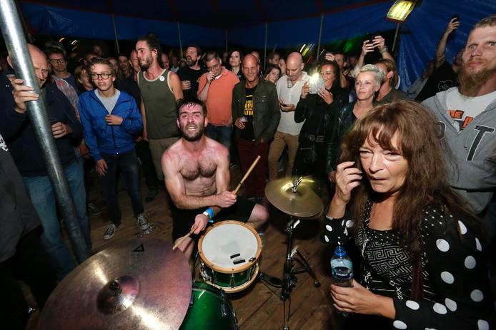 Het festival Breda Barst in het Valkenbergpark in Breda. Optreden van It It Anita. Foto: Joyce van Belkom/Pix4Profs