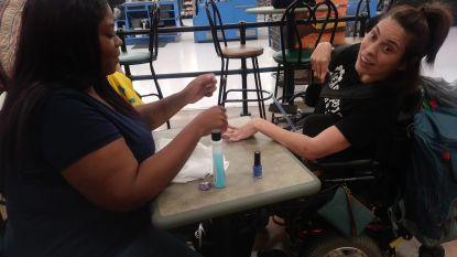 Vrouw in rolstoel wordt weggestuurd door nagelsalon omdat ze te hard beeft. Deze kassierster schiet te hulp