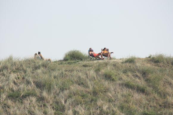 Deze mensen genieten in alle rust van de duinen in Oostende.