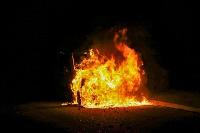 Auto in brand aan de Smirnoffstraat in Helmond