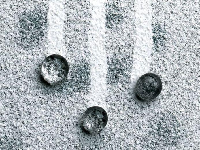 Er bestaat gevelverf met een zelfreinigend karakter. Die spoelt samen met de regen het vuil van je gevel.