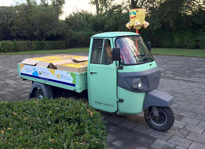 Gloednieuwe OKE directieteam Joyce Hartman en Ad Paantjens leverde op de drie scholen waterflesjes met een Piaggio-scooter af.