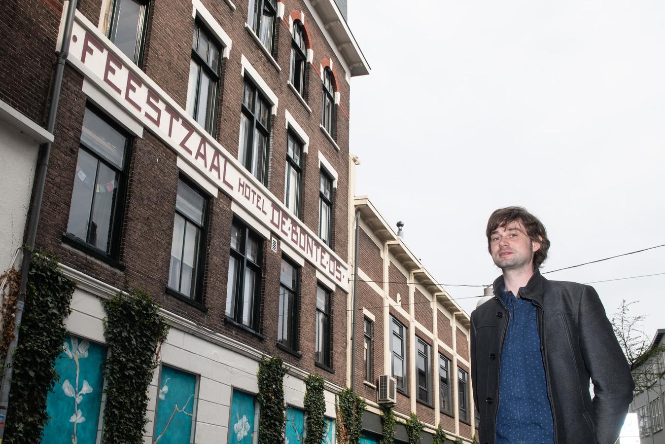 Historicus Lennert Savenije bij de gevel van het voormalige hotel en feestzaal De Bonte Os. Hier kwam het verzet in 1943 en 1944 vaak bijeen.