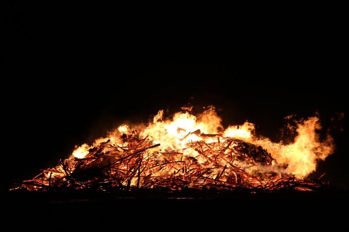 Het paasvuur in Saasveld laat de brandweer gecontroleerd uitbranden