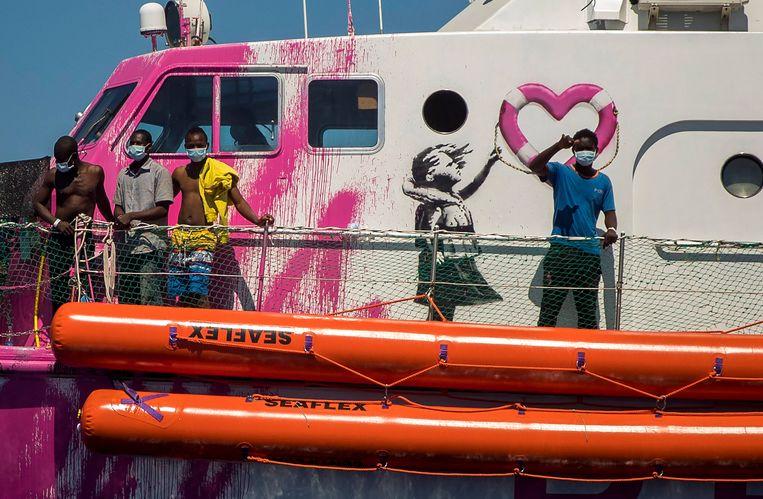 De eerste reddingsactie van het 30-meter lange door Banksy tot varend kunstwerk gemaakte schip.  Beeld AP