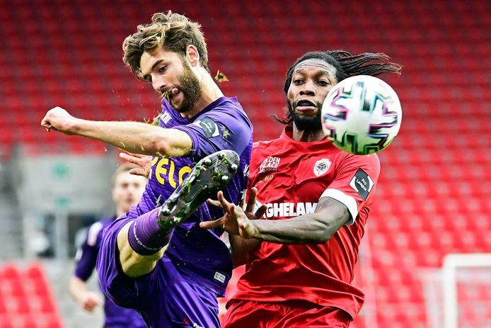 Jan Van den Bergh in actie tijdens de Antwerpse derby. Hier kan hij de bal ontzetten voor de neus van Dieumerci Mbokani.