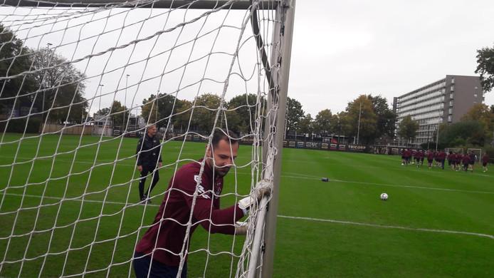 Giorgos Strezos op het trainingsveld met achter hem trainer Adrie Koster.