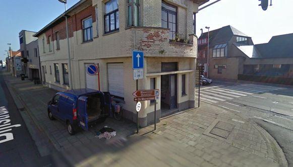 Een beeld van Google Street View uit 2010 toont de wagen van Vercarre, een blauwe bestelwagen, terwijl hij allerlei dozen kwam stockeren