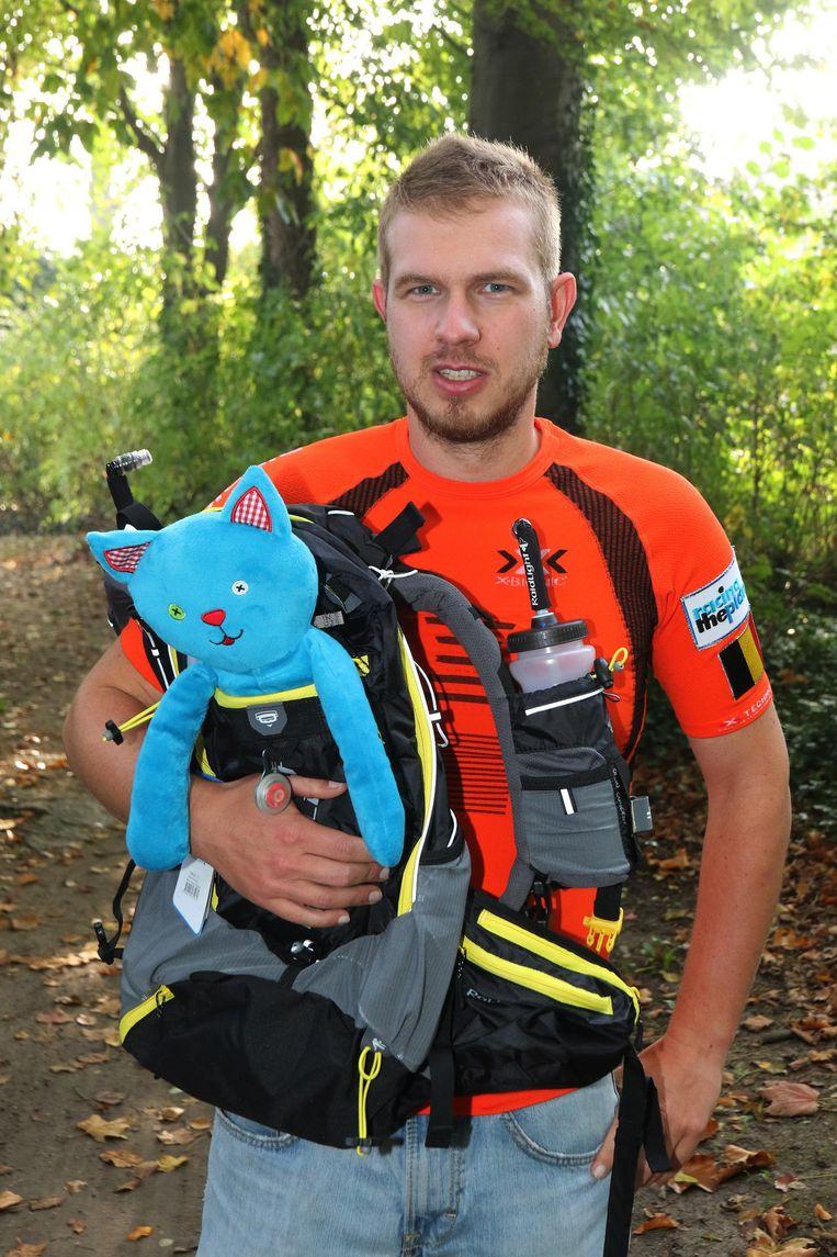 Thijs met zijn rugzak en zijn mascotte: een 'knuffelkat', een verwijzing naar Ieper Kattenstad.
