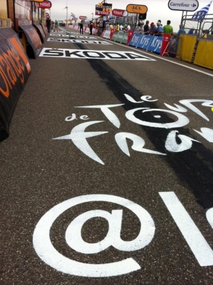 De finishstraat is geschilderd. Er mag vijf minuten niet over gelopen worden.