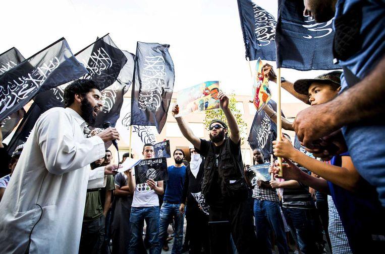 Afgelopen zomer: de van ronselen voor de jihad verdachte Abou Moussa, zijn echte naam is Azzedine C. (L), spreekt tijdens een pro IS-demonstratie in de Haagse Schilderswijk. Beeld anp